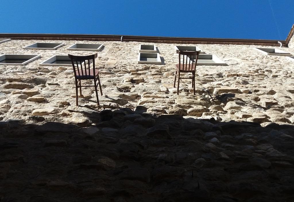 Необычные стулья Бесалу