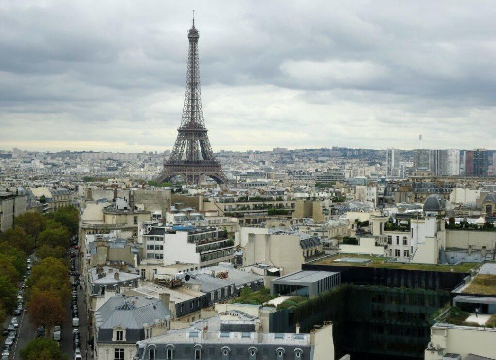 Во Франции открылась Эйфелева башня - но не для всех