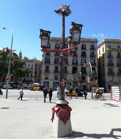 Неизвестные шедевры Гауди - Фонари на дворцовой площади