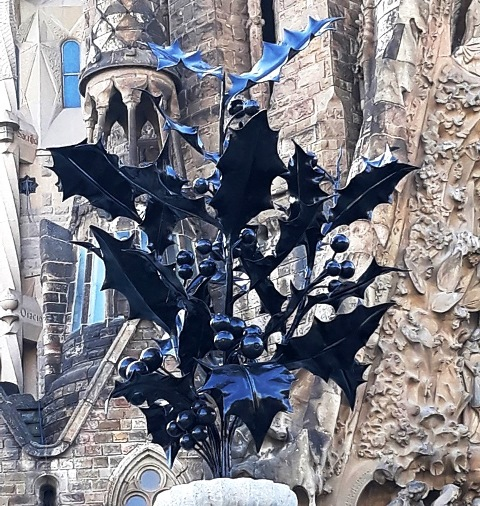 Храм Святого Семейства в Барселоне. Остролист - символ Рождества