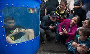 Kevin Hays dentro del tanque resolviendo los cubos. Tomado de http://fox2now.com/