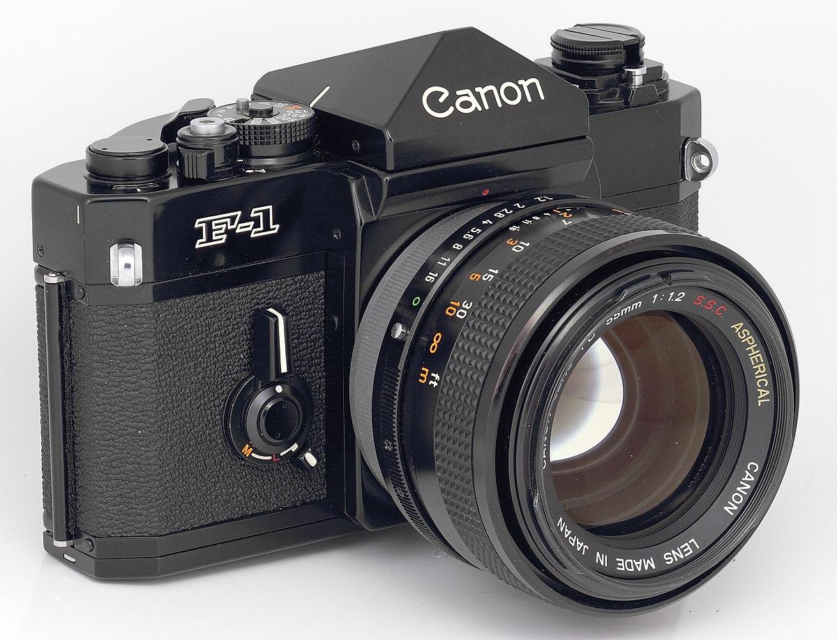 Die Canon F-1. Wahrscheinlich eine der ersten großen Profi Kameras die es damals gab mit riesigen Zubehörprogramm.
