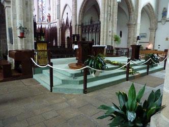 L'autel à la croisée du chœur des transepts et de la nef