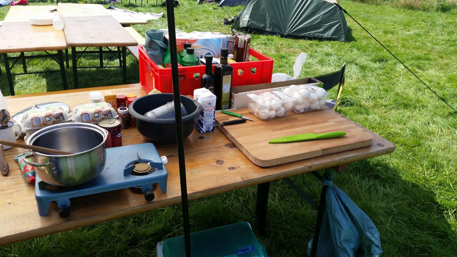 Kochuntensilien und Schneidbrett, alles war da. Das Essen war bunt und gemischt und für die Menge ausreichend.
