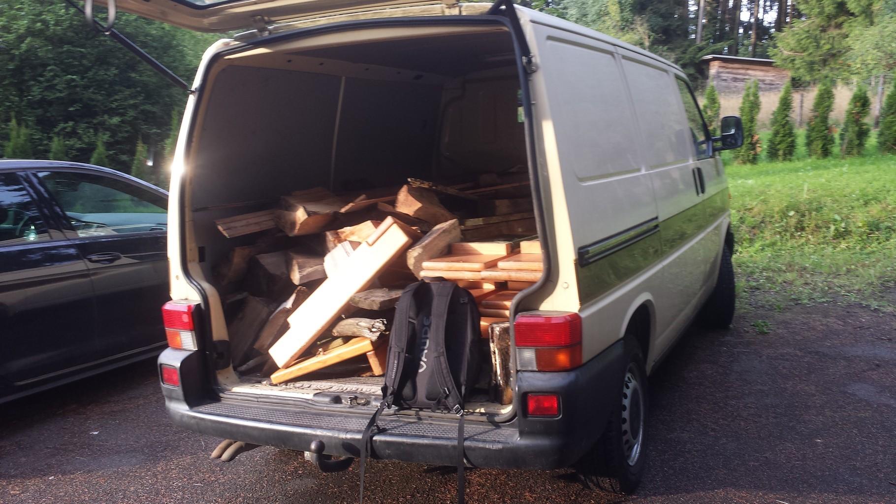 Wir haben uns selbst Holz für das Lagerfeuer mitgenommen auch dieses Jahr sind wir wieder mit dem Transporter unterwegs gewesen.