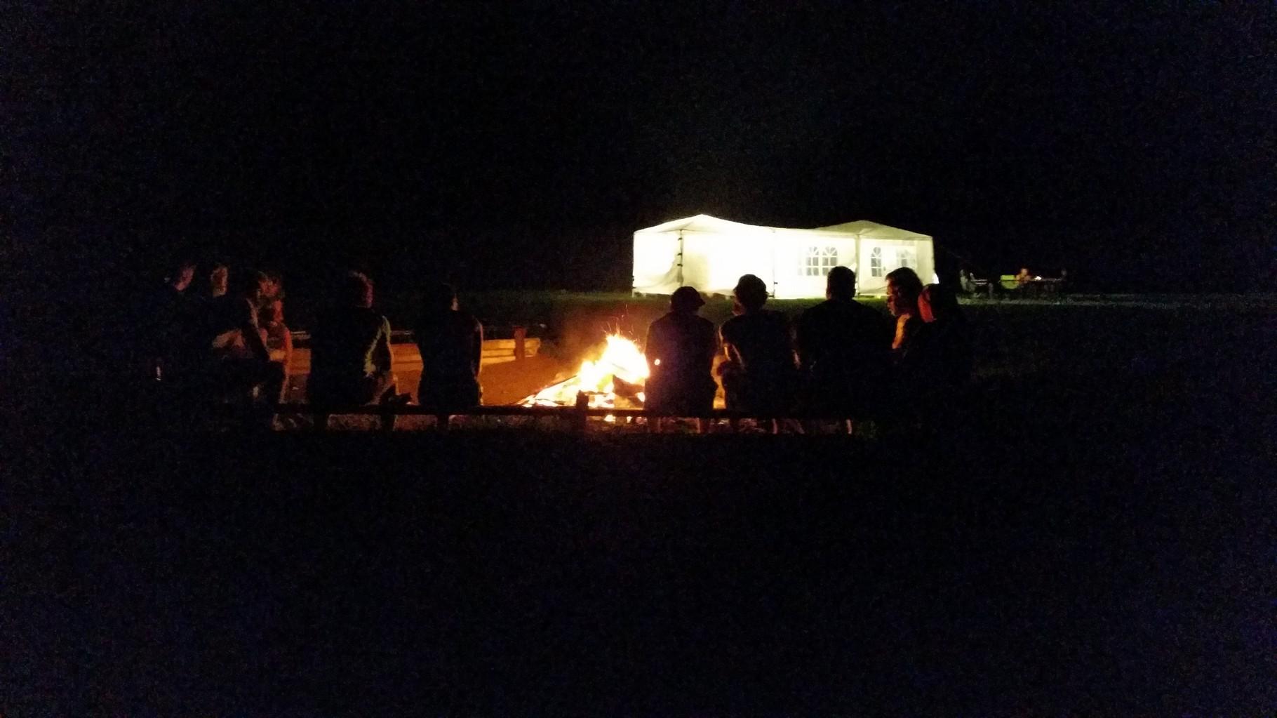 Hier eine Distanzaufnahme von dem Lagerfeuer.