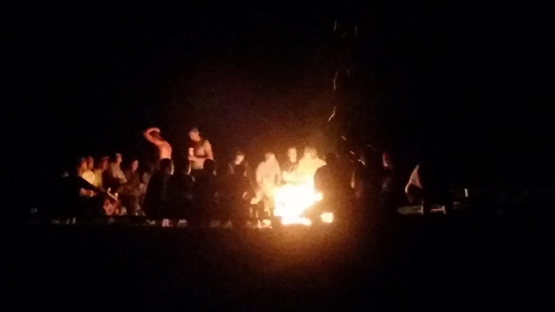 Auch am letztem Abend genossen wir alle das Feuer, die Temperaturen waren nicht mehr ganz so hoch auf Grund des Gewitters, welches wir gut überstanden haben in freier Wildbahn^^. Daher waren fast alle Camper am Feuer und man konnte sich gut unterhalten.