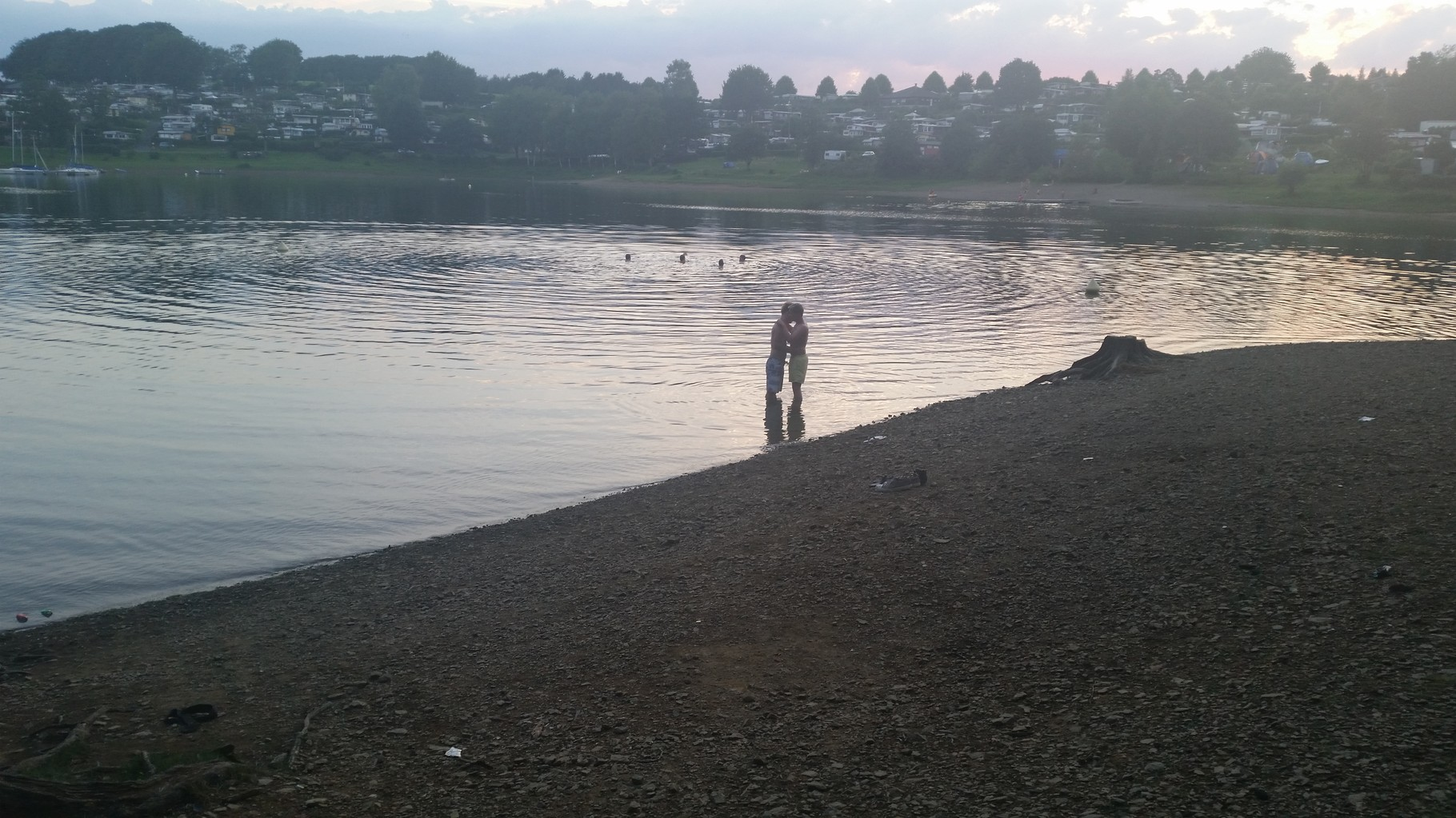 Ein Pärchen küssend im Wasser ein tolles Foto.