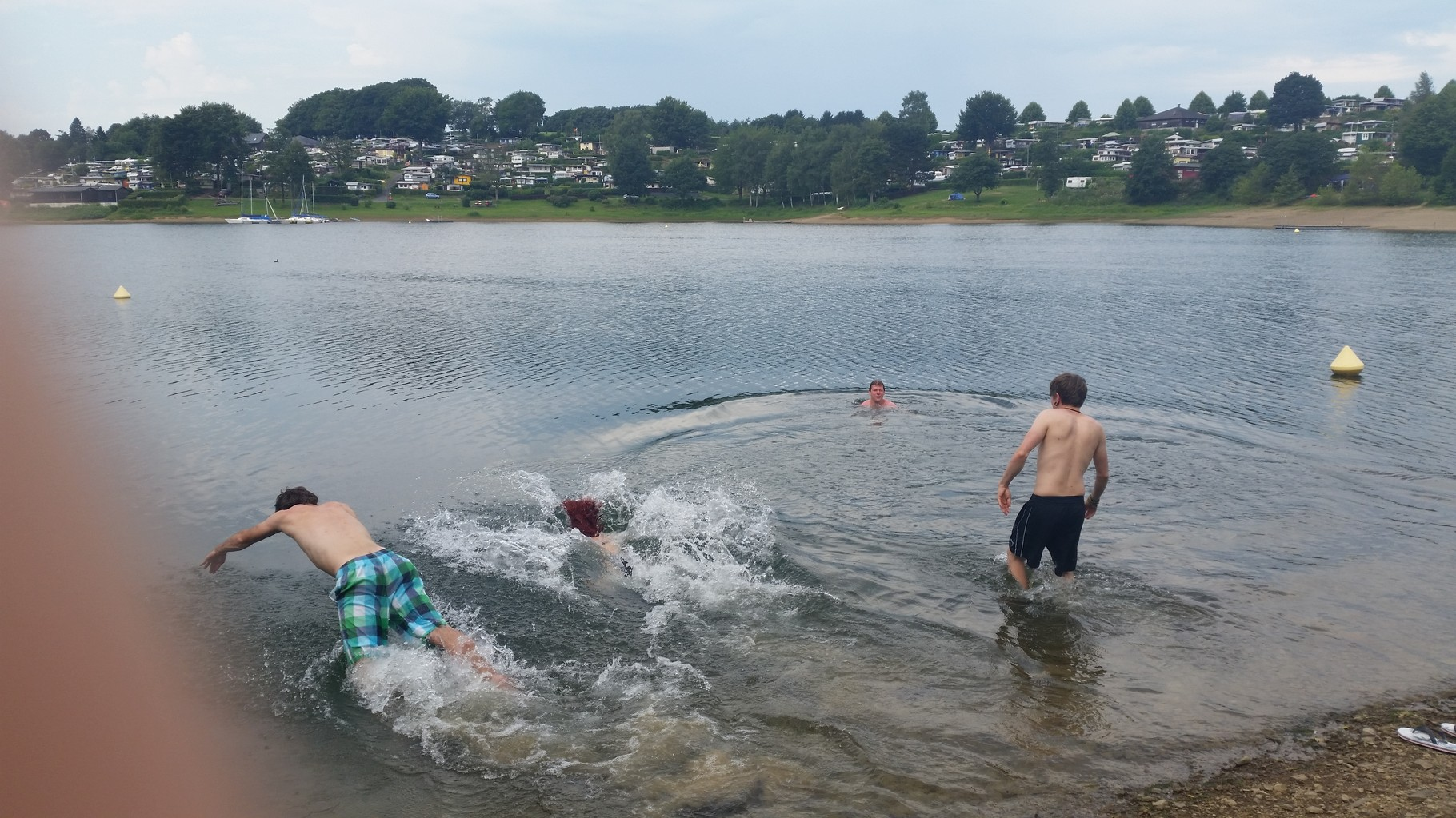 Nach einer kurzen Zeit des Inne haltens sprangen wir dann doch mutig ins Wasser :>