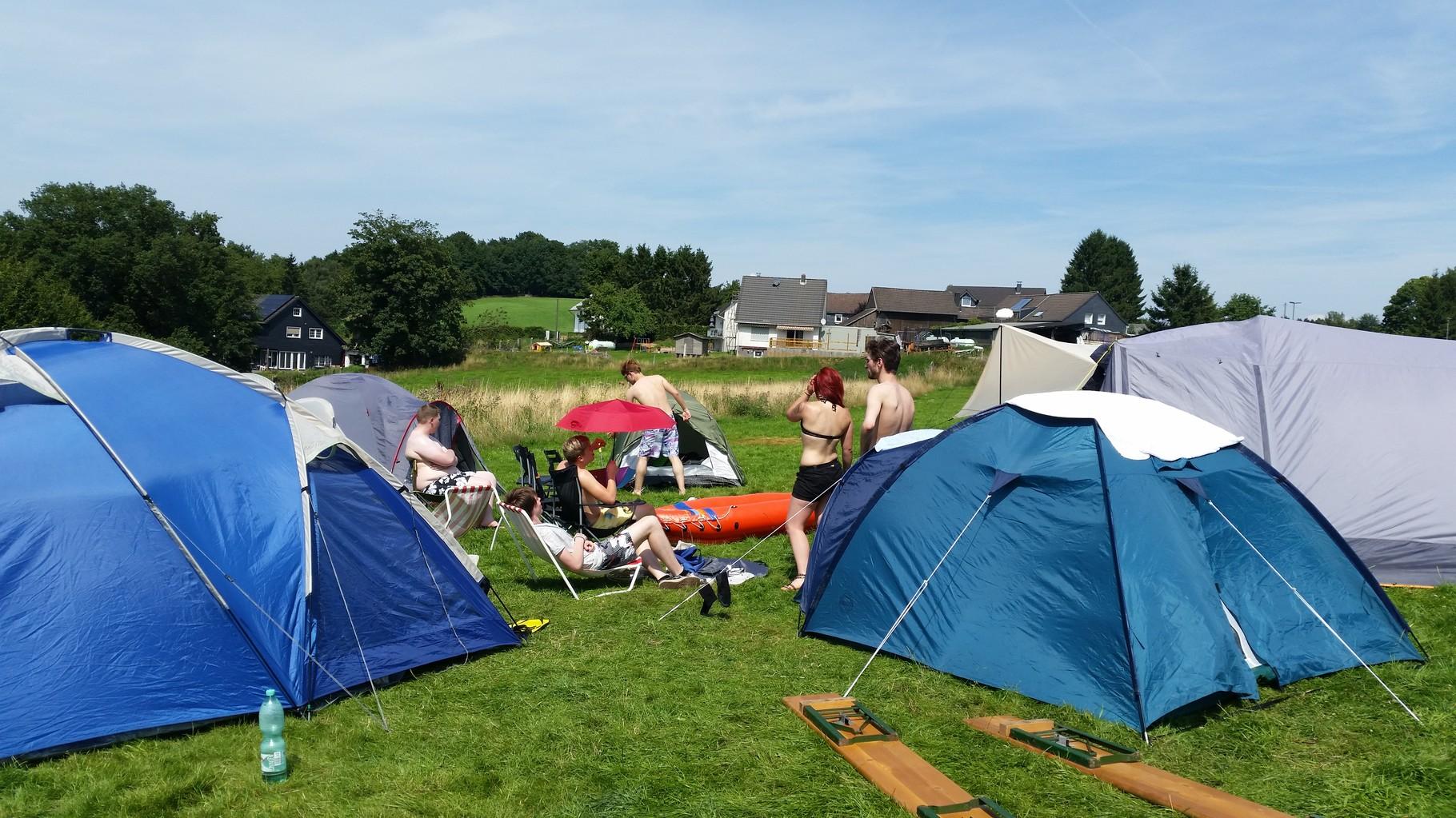Das war unser Zeltplatz, die Zelte rundherum aufgestellt und in der Mitte platz für die Campingstühle.