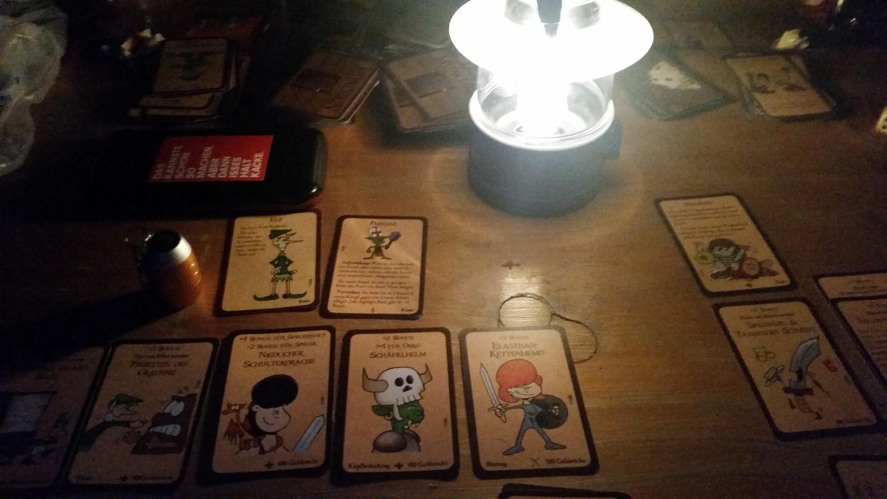 Eine entspannende Munchkin runde in der Nacht mit Lampen durfte nicht fehlen. Das war mega toll.