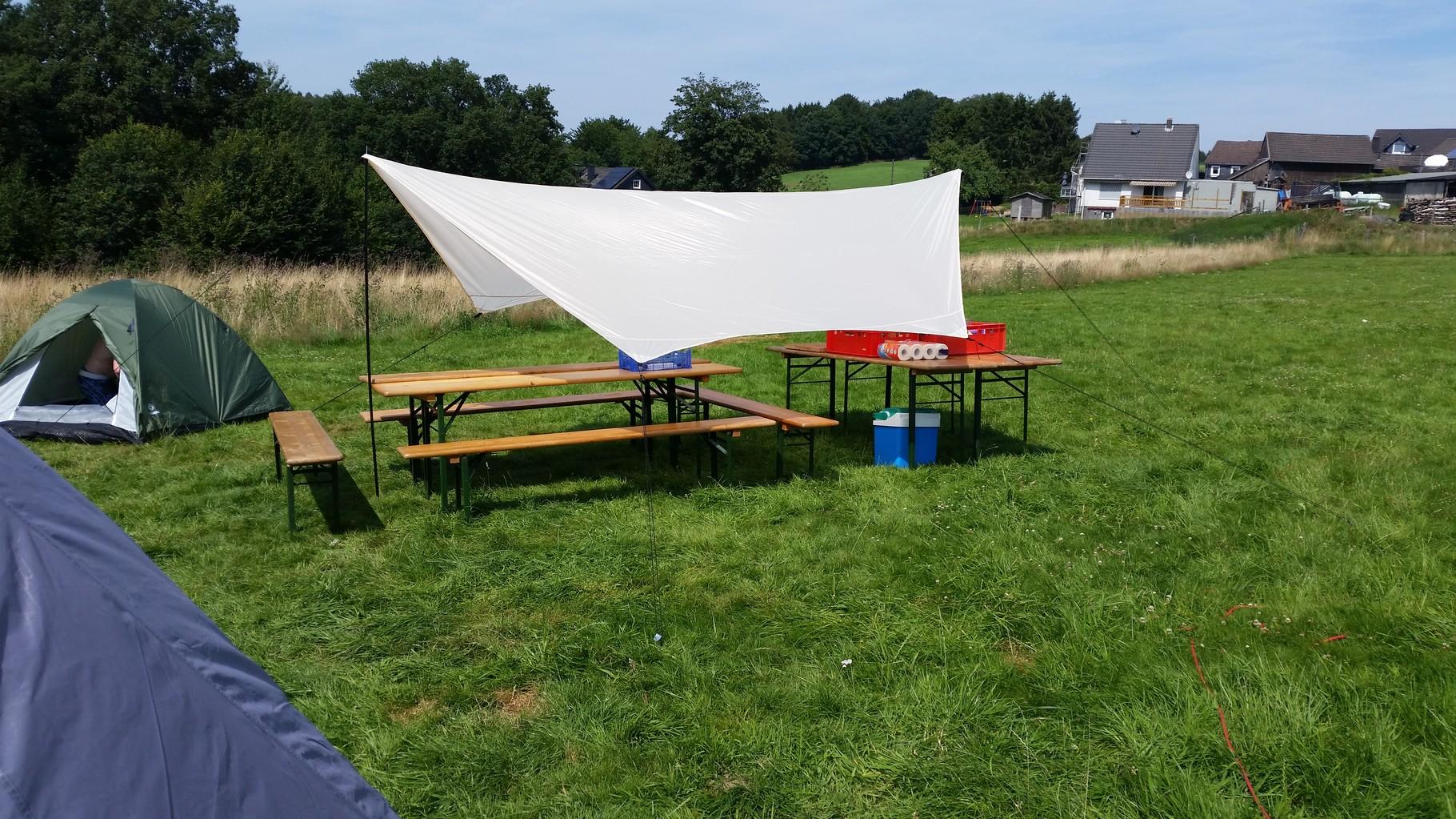 Hier unsere Koch und Futterstelle. Das Sonnensegel war praktisch, schnell und leicht aufzubauen.^^