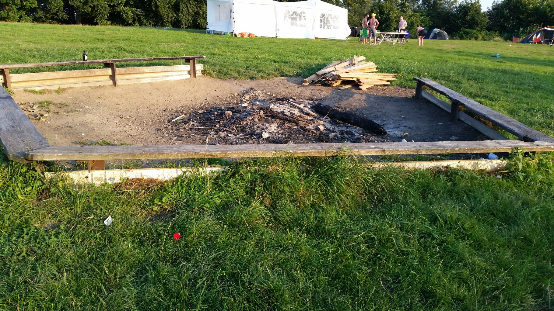 Kaum angekommen direkt die Feuerstelle angeschaut wo alle Camper zusammen kommen und am Feuer sitzen.