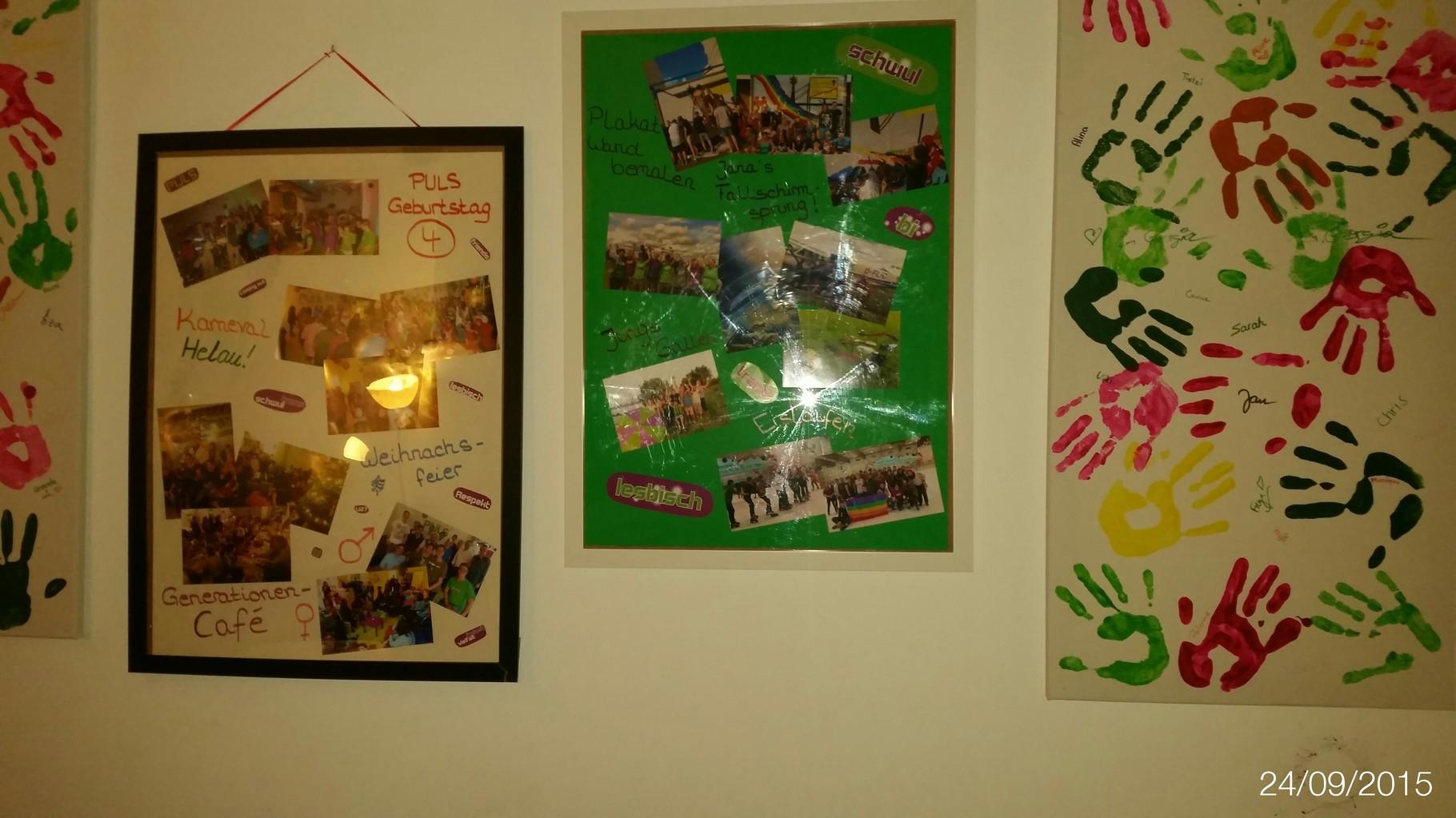Viele Bilder von Handabdrücken, Politischen Veranstaltungen, Sommercamps oder Janas Fallschirmsprung welchen das PULS ihr zum Geburtstag geschenkt haben, hängen hier an der Wand.