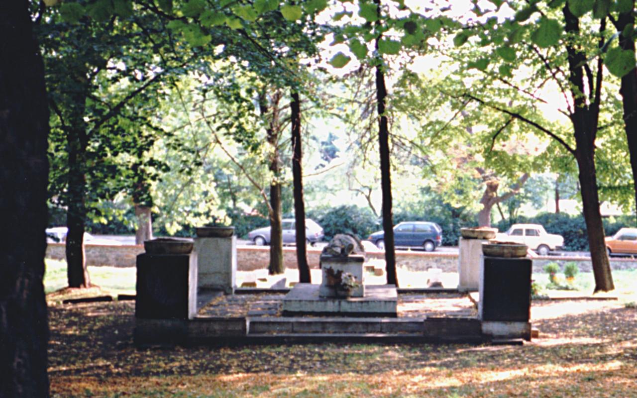 Blick auf Kriegsgräber, 1991