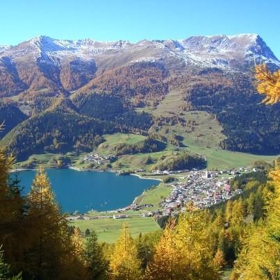 Der Reschenpass ist bei Naturliebhabern sehr beliebt. Die wechselhafte Geschichte im Brennpunkt der Kulturen macht ihn aber auch zu einer bedeutenden Kulturregion in Südtirol. Ein abwechslungsreicher erlebnisvoller Urlaub im Vinschgau.