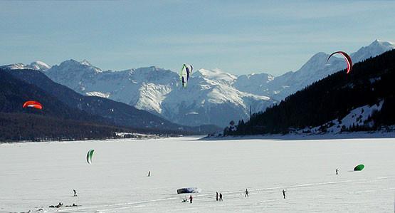 Eislaufen und Snowkiten auf dem Reschensee: ein Naturerlebnis der besonderen Art.