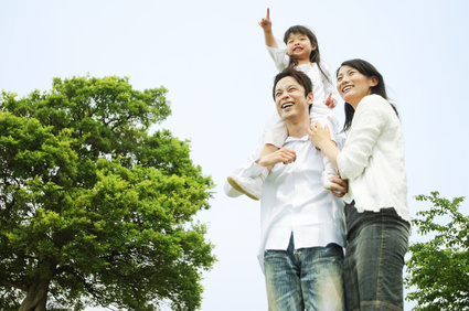 幼い娘を肩車している父と、夫に寄り添う母の写真