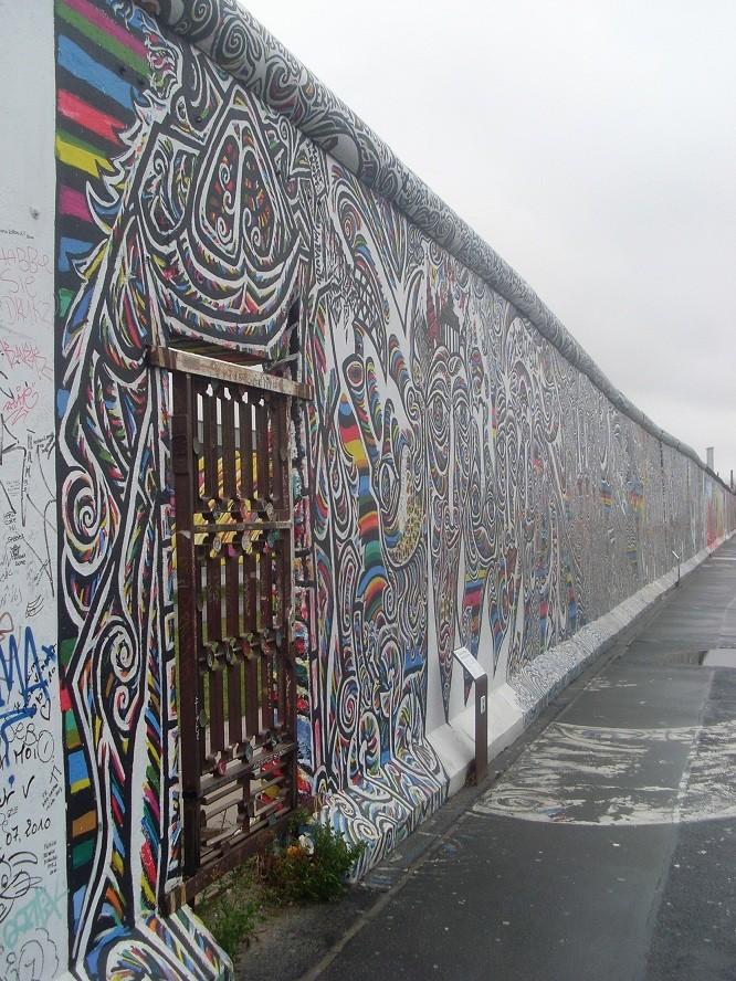 Siguiendo el muro
