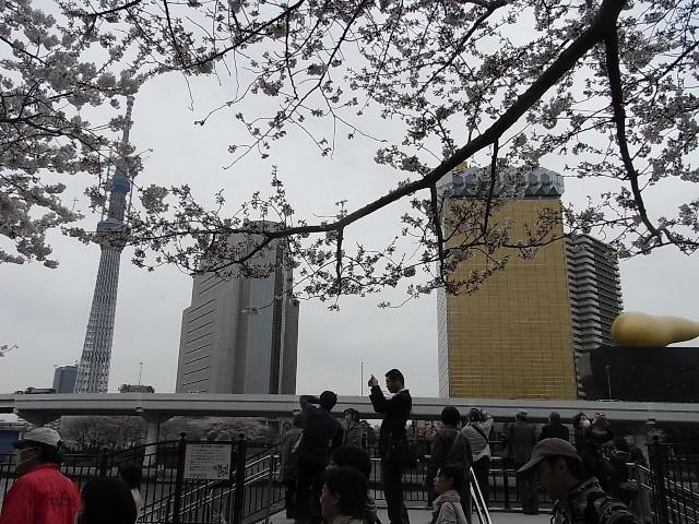 右はアサヒビール本社ビル、中央は墨田区役所(台東区側から撮影)