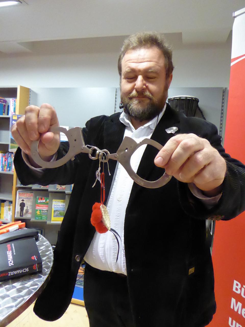 """Ein """"metallisches Abführmittel"""" präsentiert von Bernd Leix."""