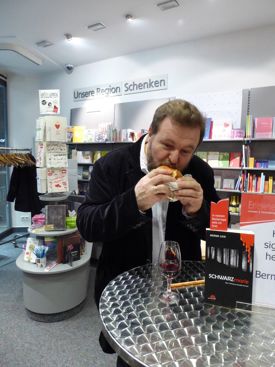 Der Autor beißt kräftig in den Burger von der BurgerMarie und ist hellauf begeistert von dem Geschmack.