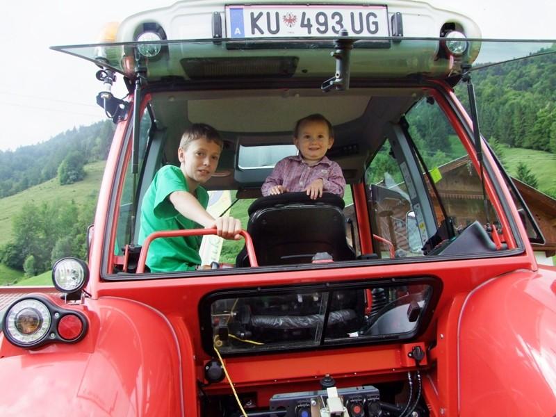 Kinder dürfen mit dem Traktor mitfahren