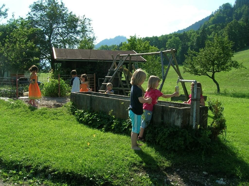 Kinder sind am Spielplatz