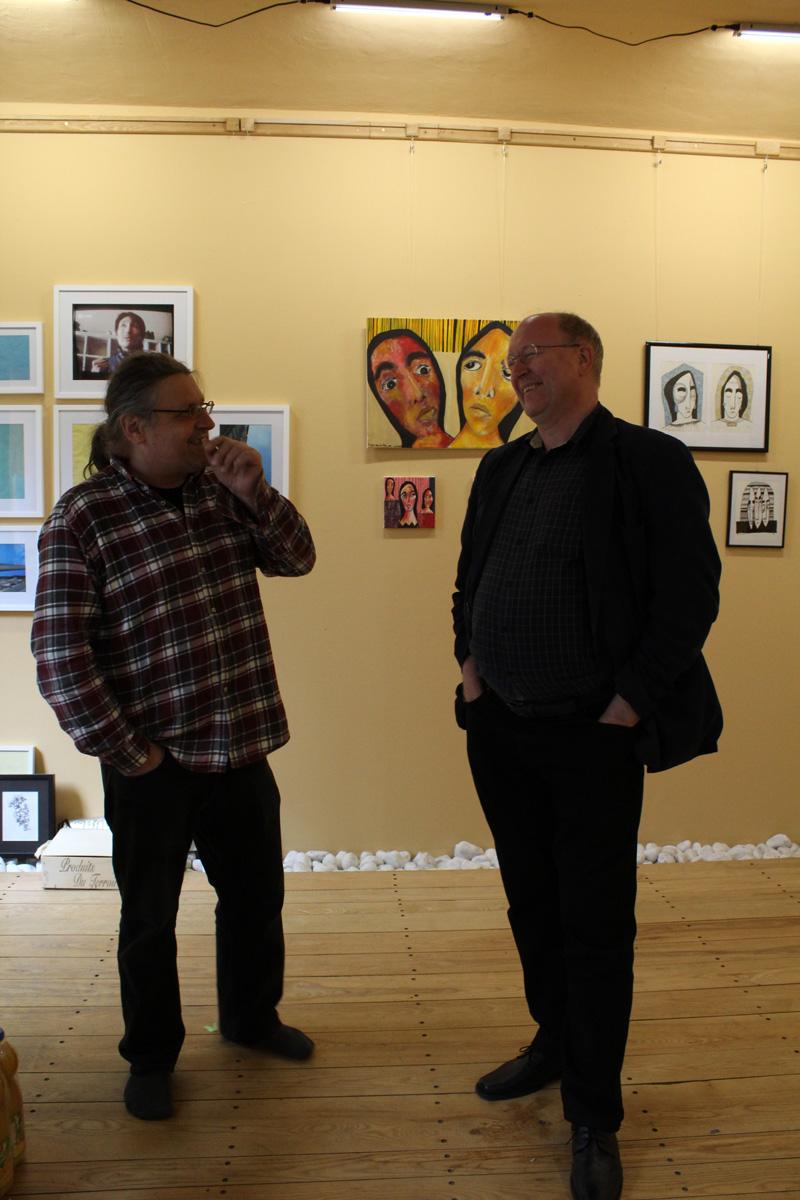 """Marcus Löhrer im Gespräch mit Dr. Dirk Toelke während des Aufbaus der Ausstellung """"growing narratives"""" in der Galerie Frutti dell'Arte in Aachen."""