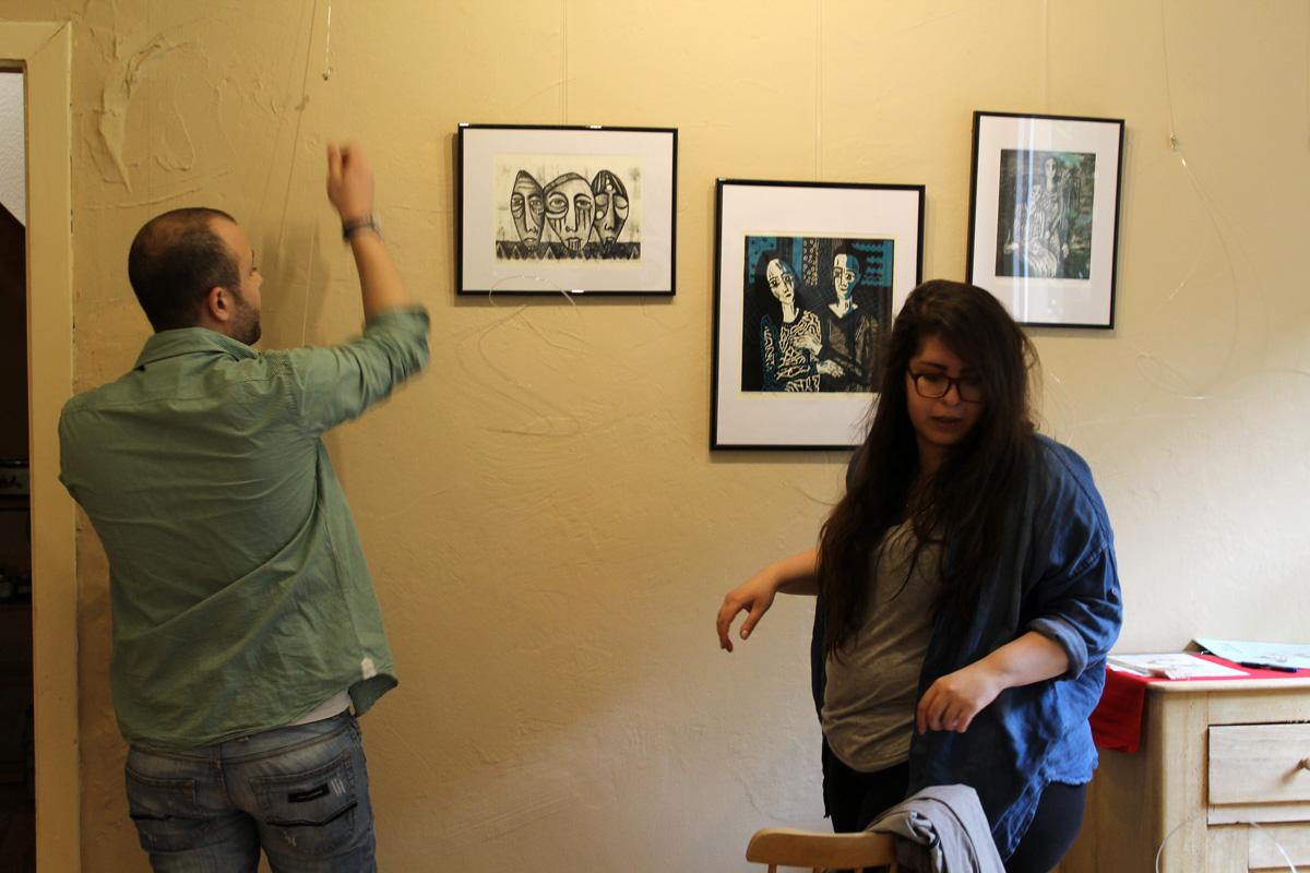 """Aufbau der Ausstellung """"growing narratives"""" am 20. Mai 2016. Gezeigt werden Arbeiten der vier Künstlerinnen Lara Bispinck. Britta Moche, Dana Sàez und Layali Alawad."""