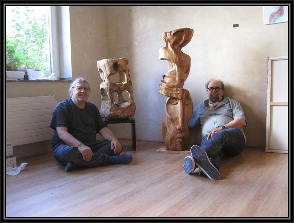 Ibrahim Alawad und Marcus Löhrer in der Galerie Frutti dell'Arte mit zwei Holzskulpturen