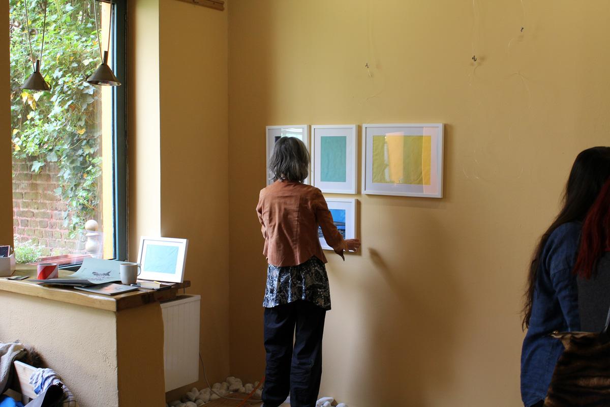"""Kunst in Aachen. Aufbau der Ausstellung """"growing narratives"""" in der Galerie Frutti dell'Arte in Aachen. Die Künstlerinn Britta Moche."""