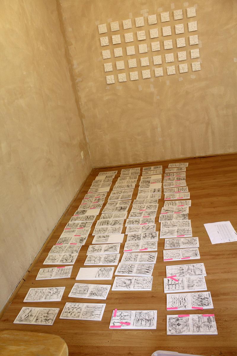 """Arbeiten Von Dana Sàez ausgelegt auf dem Bodenwährend der Hängung  der Ausstellung """"growing narratives"""" in der Galerie Frutti dell'Arte in Aachen"""