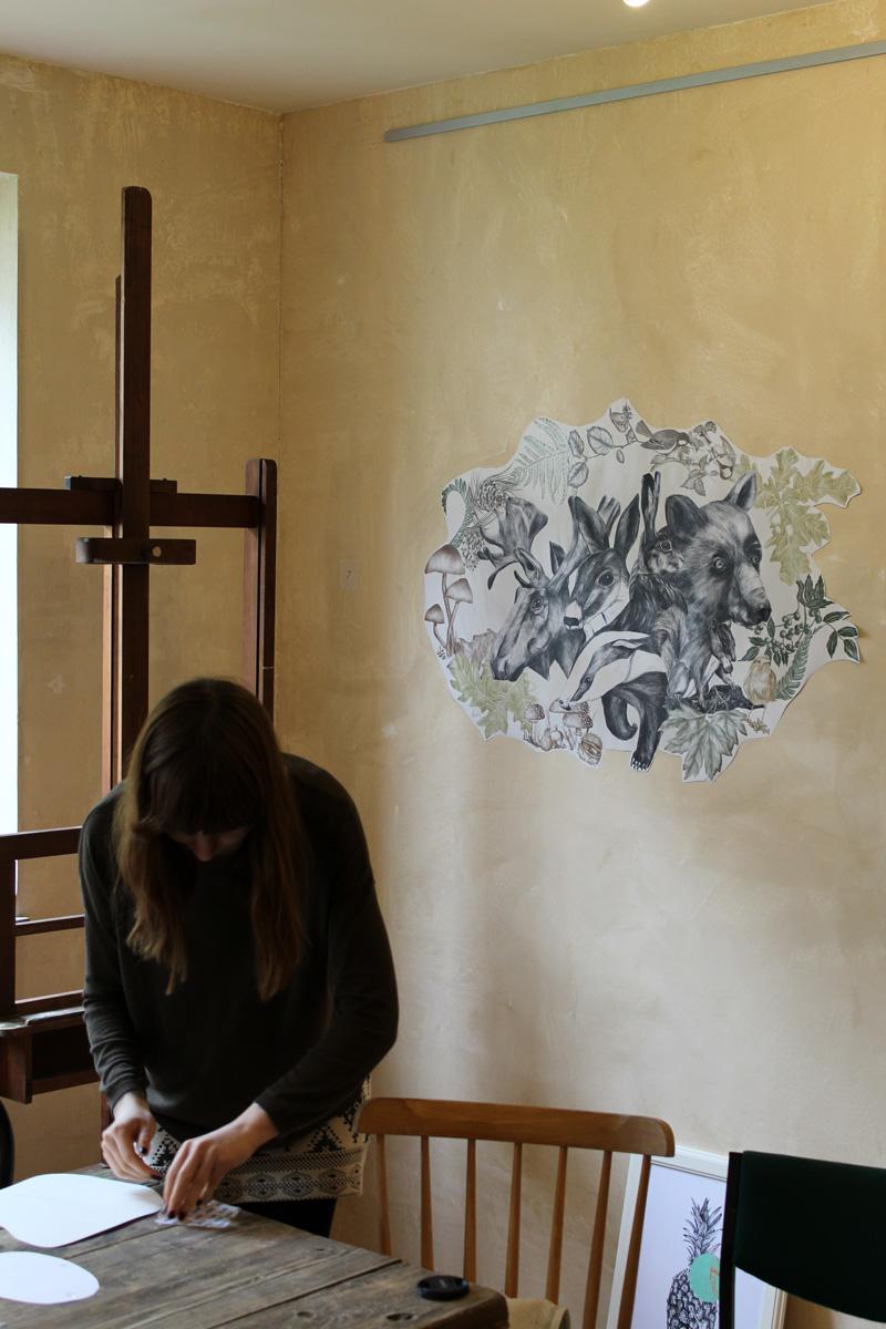 """Aufbau der Ausstellung """"growing narratives"""" in der Galerie Frutti dell'Arte in Aachen. Die Galerie ist auf der Aachener Kunstroute 2016 vertreten."""