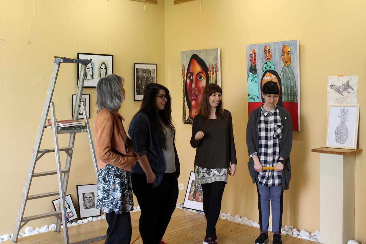 Kunst in Aachen in der Galerie Frutti dell Arte in Aachen. Die Künstlerinnen Britta Moche, Dana Sàez, Lara Bispinck und Layali Alawad beim Aufbau der Ausstellung. Die Galerie ist verteten auf der Aachener Kunstroute 2016