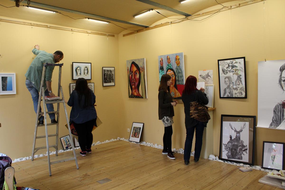 Ein Blick in den unteren Raum der Galerie. Die Galerie Frutti dell'Arte, ein Raum für Kunst in Aachen in der Viktoriastrasse 24.