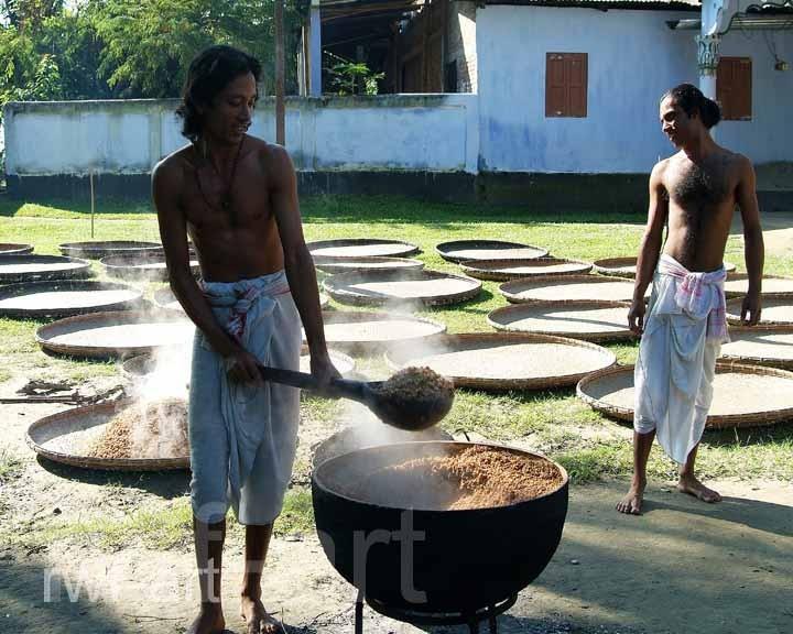 Mönche bei Reiszubereitung, Majuli