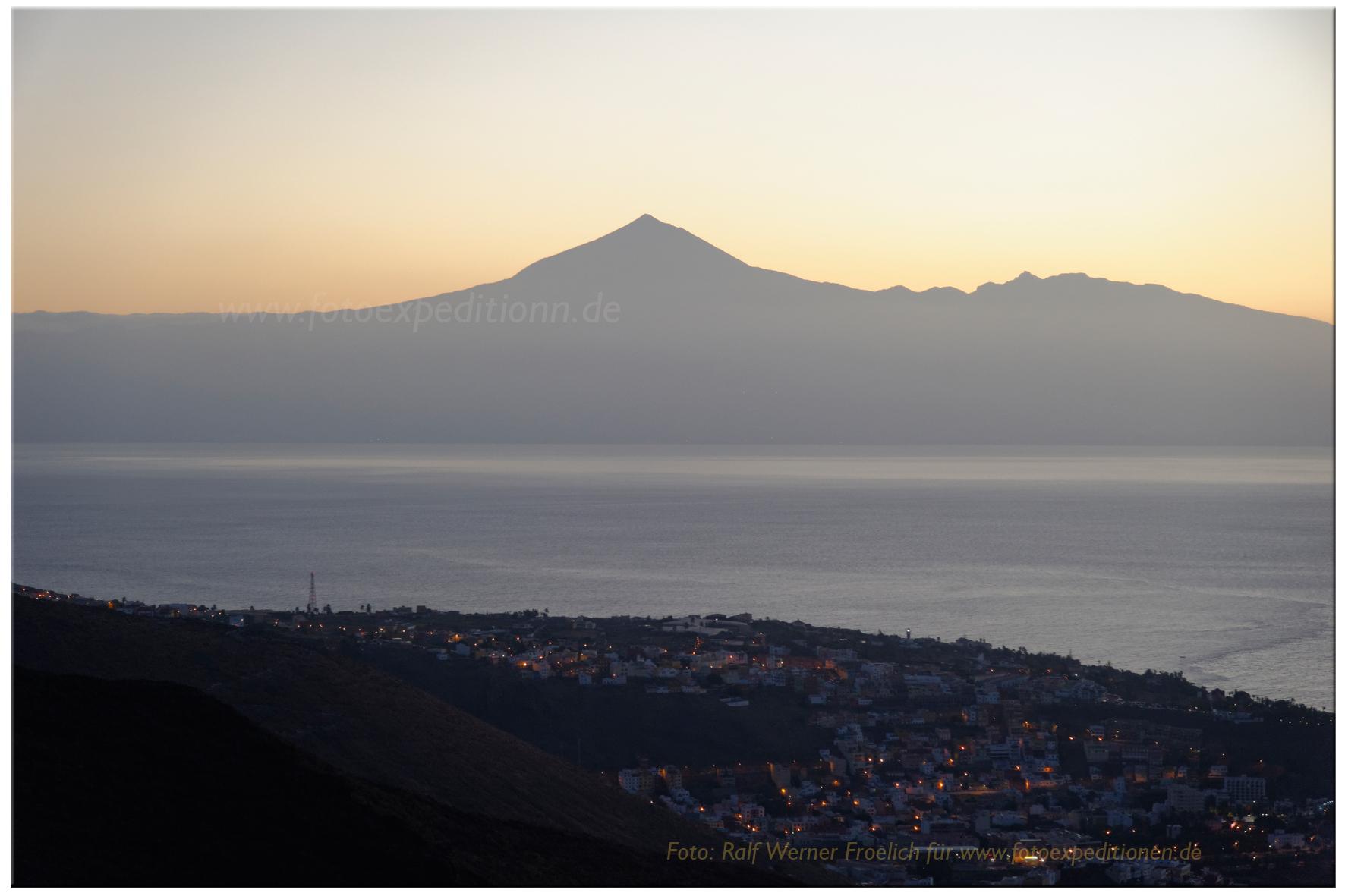 El Teide von Gomera aus gesehen, im Vordergrund San Sebastian