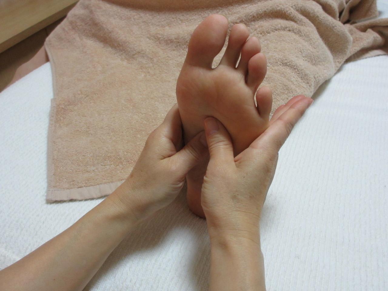 リフレクソロジーです。足裏は老廃物がたまりやすいので、各反射区に効かせます
