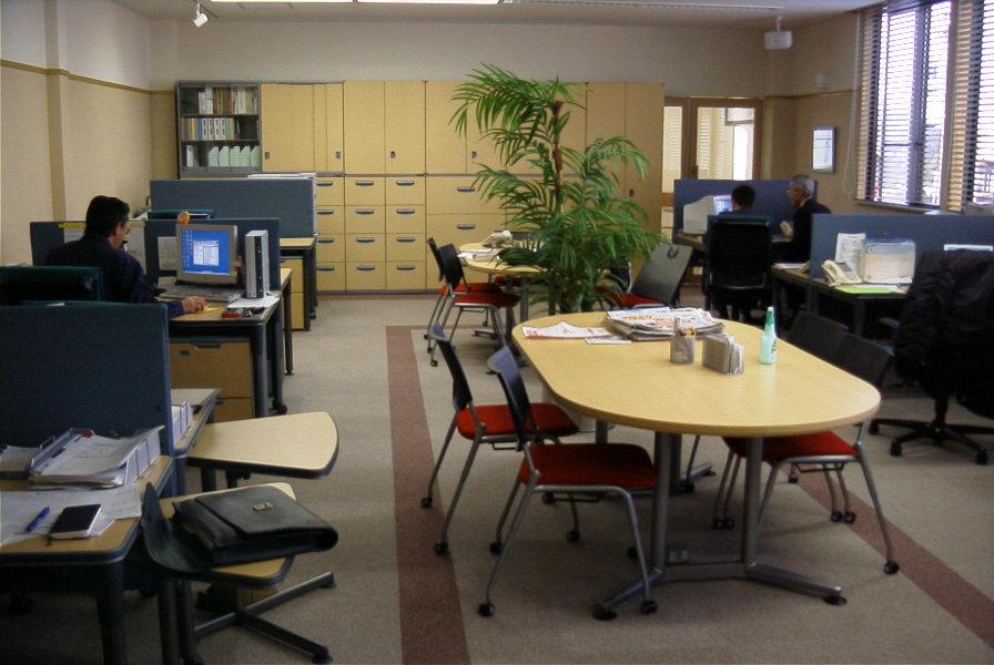 個人の机が並びゆとりが少ない空間