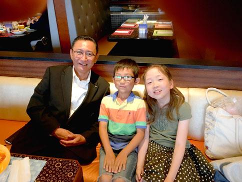 社員の家族と一緒にほほえむ社長 / 2016.9 東京Disney Resort