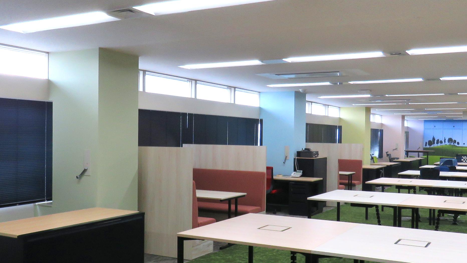 異なった淡い色で構成することでオフィスの空間に 季節を感じられる工夫