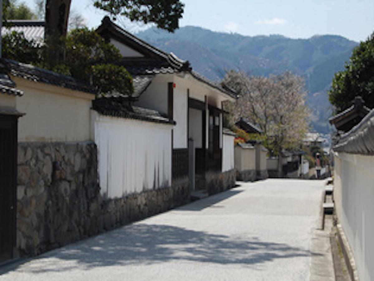 格式ある門構えの武家屋敷が250mに渡って立ち並ぶ「石火矢ふるさと村」