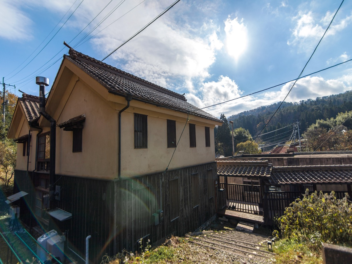 昔の醤油蔵をイメージした旧国際交流ヴィラ(建築家・石井和紘氏設計)を改装したゲストハウス