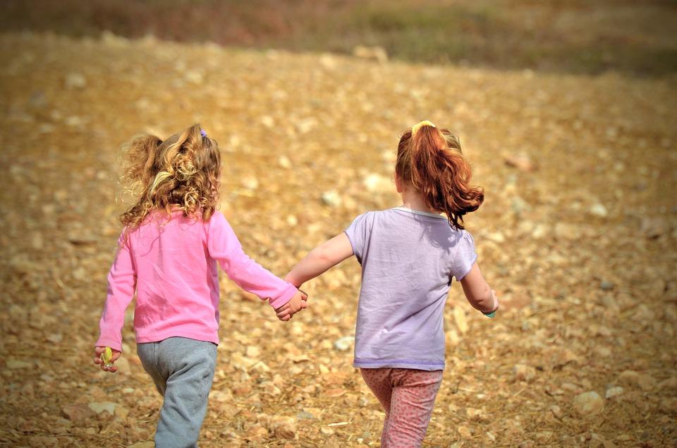 Tweeling ontdekt samen de wereld.