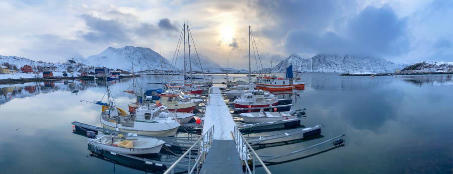 Hafen von Bergefjord im Frühling