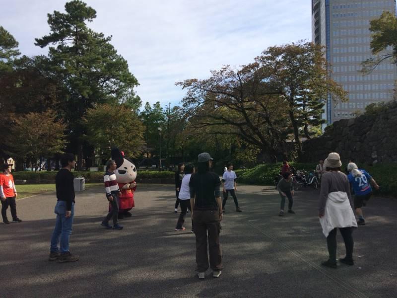 午後からの講座の解説をしてくださる西股先生(写真右端)も一緒に体験。