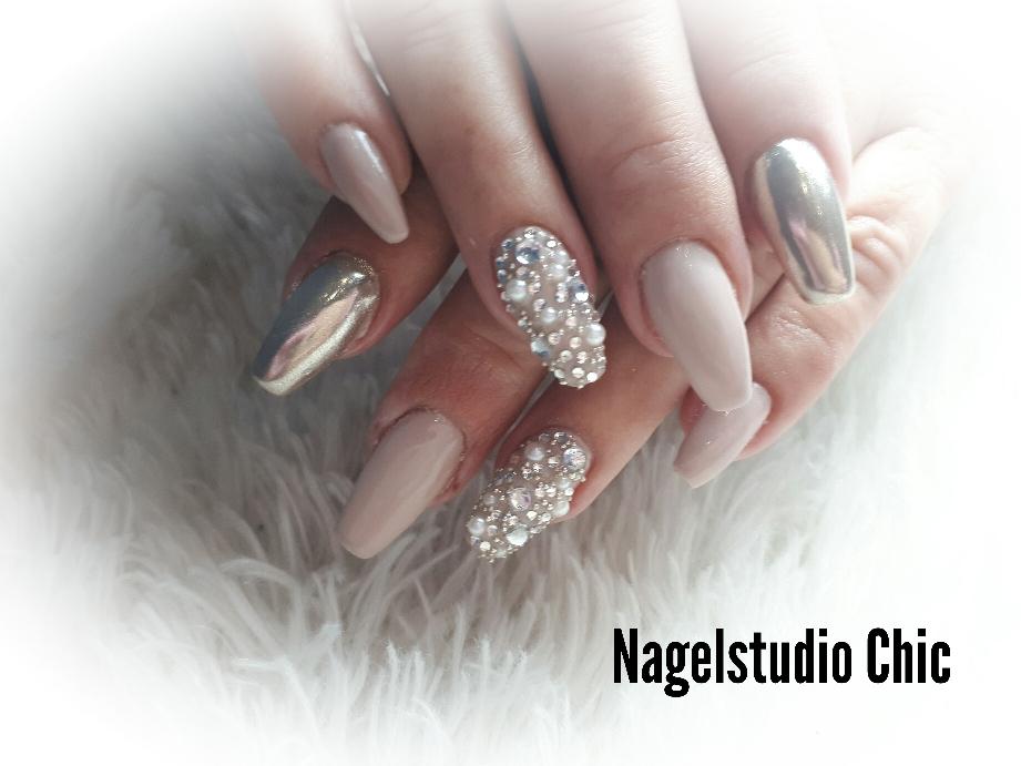 Chroom nagels. Mooie parels en diamantjes