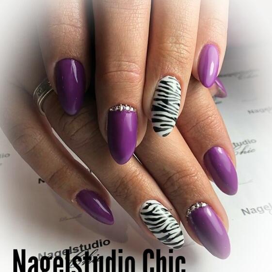 Zebra nails met paars en steentjes 💎