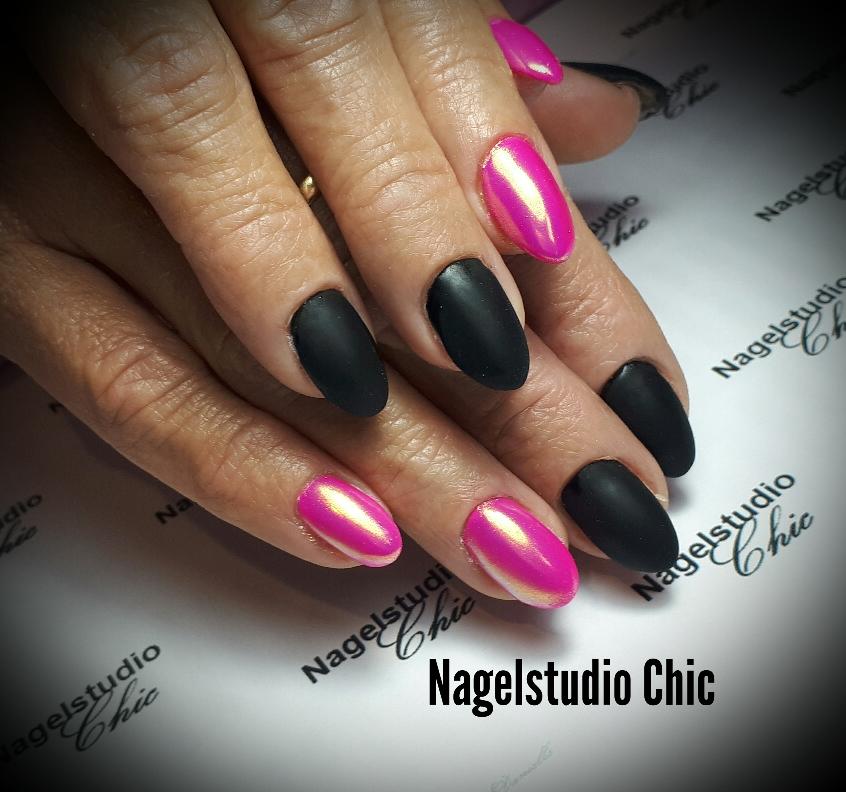 Roze en en zwart. Stoere nagels